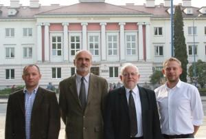 Stoją od lewej: dr inż. M. Krzesaj, dr Andrzej Ostrowski, dr hab. inż. A. Czerwiński, prof. UO, dr D. Rodzeń