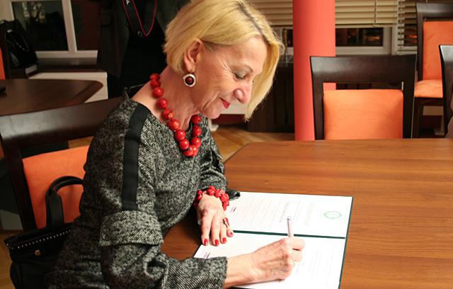 Dziekan Wydziału Ekonomicznego prof. dr hab. Stanisława Sokołowska podpisuje Akt powołania Klubu Absolwenta Wydziału Ekonomicznego Uniwersytetu Opolskiego